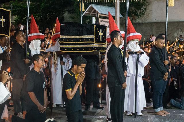 Everyone kneels before Mata Deloroso - Holy Week procession in Larantuka