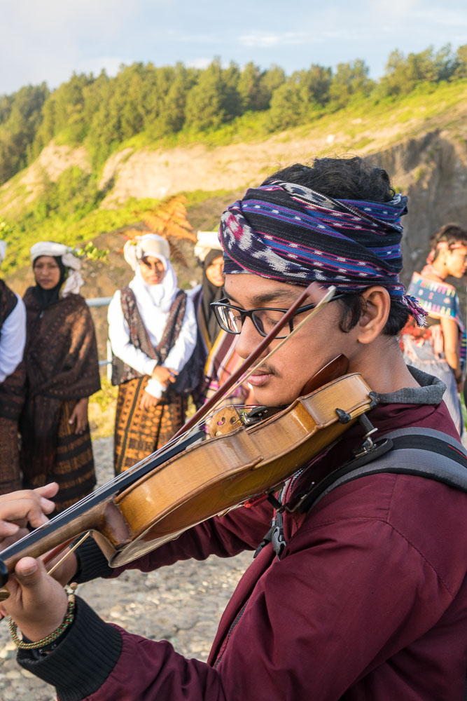 Violin player at Kelimutu