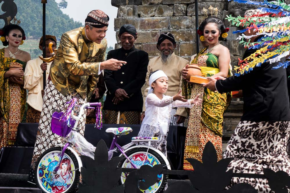 The kid claims the electronic book - Dieng Culture Festival