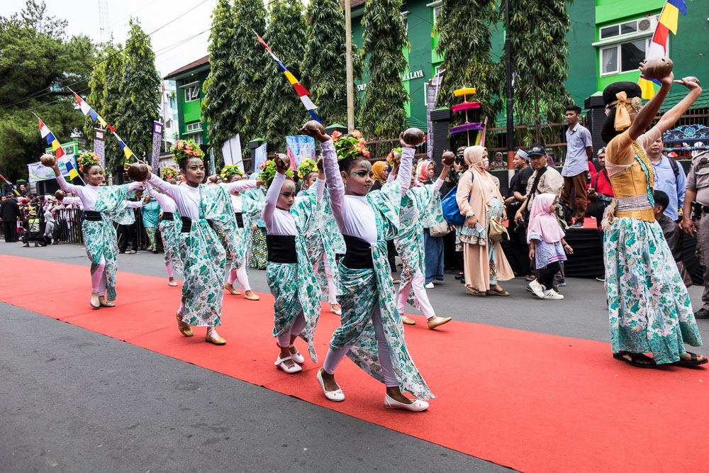 Kids dance with coconuts - Tasikmalaya October Festival
