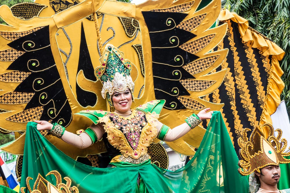 Amazing costumes in green and gold - Tasikmalaya October Festival
