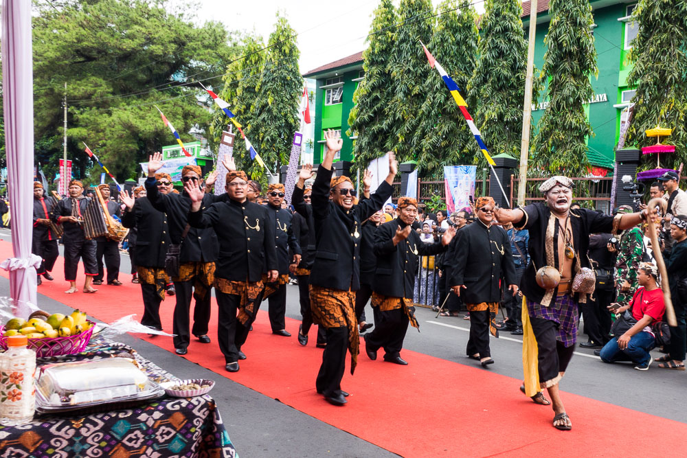 Traditional 'Lengser' man leads the group - Tasikmalaya October Festival